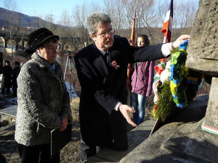 Gajdos Olga és Gulácsy Géza megkoszorúzza a podheringi emlékművet