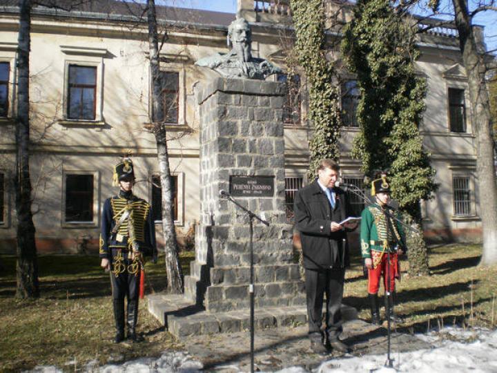 Barta József a Perényi-szobornál
