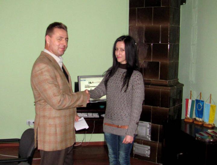 Kovács Miklós, a KMKSZ elnöke átadja a díjat Bimba Brigittának