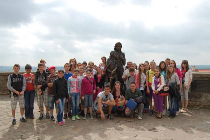 A kirándulók a munkácsi várban Zrínyi Ilona és az ifjú II. Rákóczi Ferenc szobránál