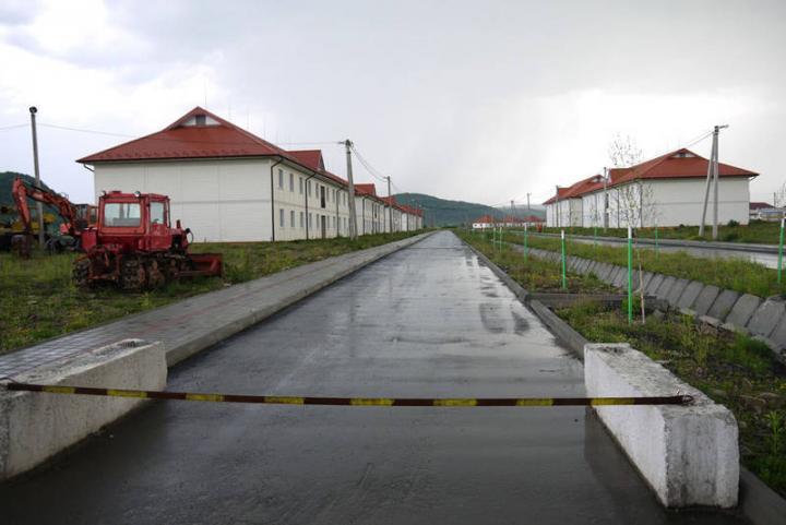 Lezárt terület, üresen álló házak, üresen tátongó iskola, pénzhiány miatt abbamaradt építkezés, nem létező munkahelyek. Sok millióból felépített mesterséges létesítmény várná az aknaszlatinaiakat.