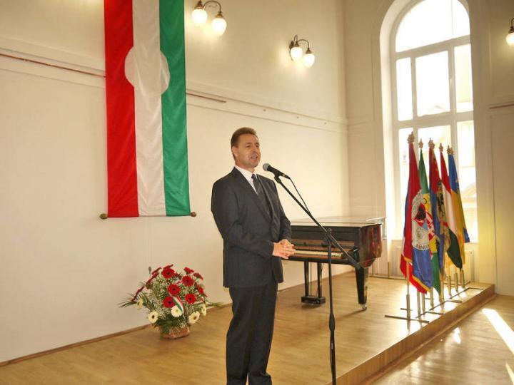 Kovács Miklós, a KMKSZ elnöke ünnepi beszéde közben