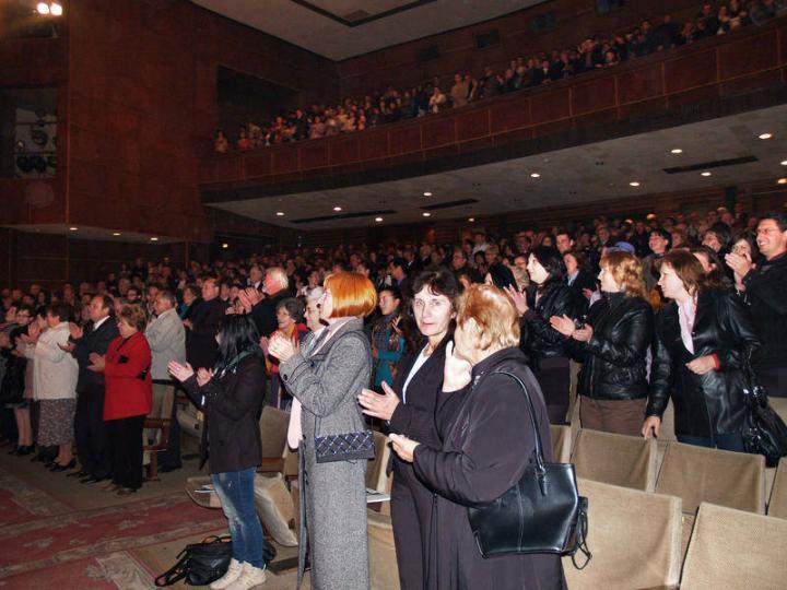 ... és a felállva tapsoló közönség az ungvári előadás végén