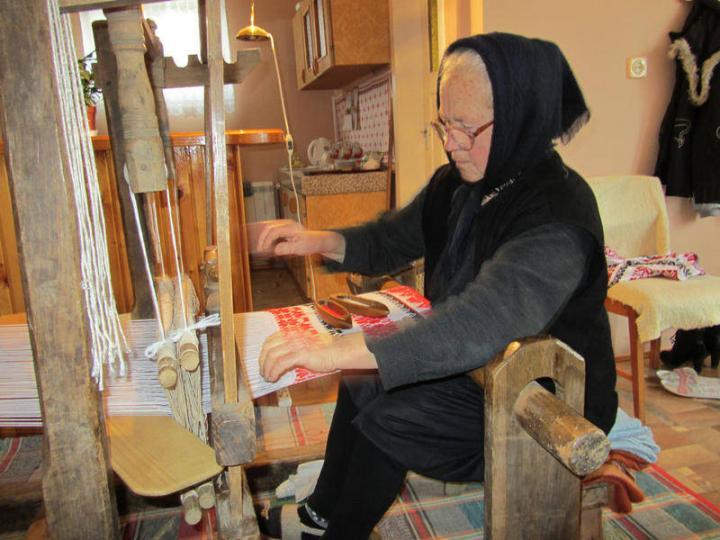 Bak Mária készíti a lakodalmi szőttest szövőszékén