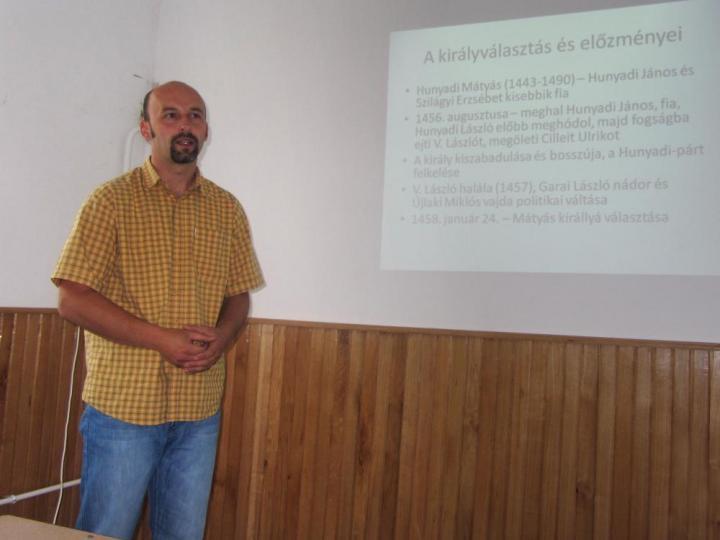 Székely Gusztáv előadás közben