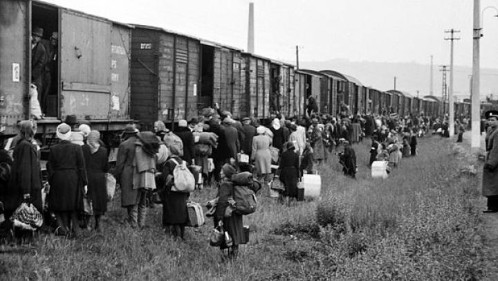 Deportáltak a marhavagonok előtt