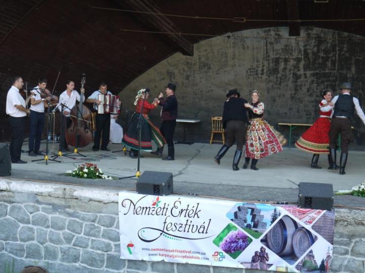 Színpadon a Veszprém-Bakony Táncegyüttes és a Kokas Banda