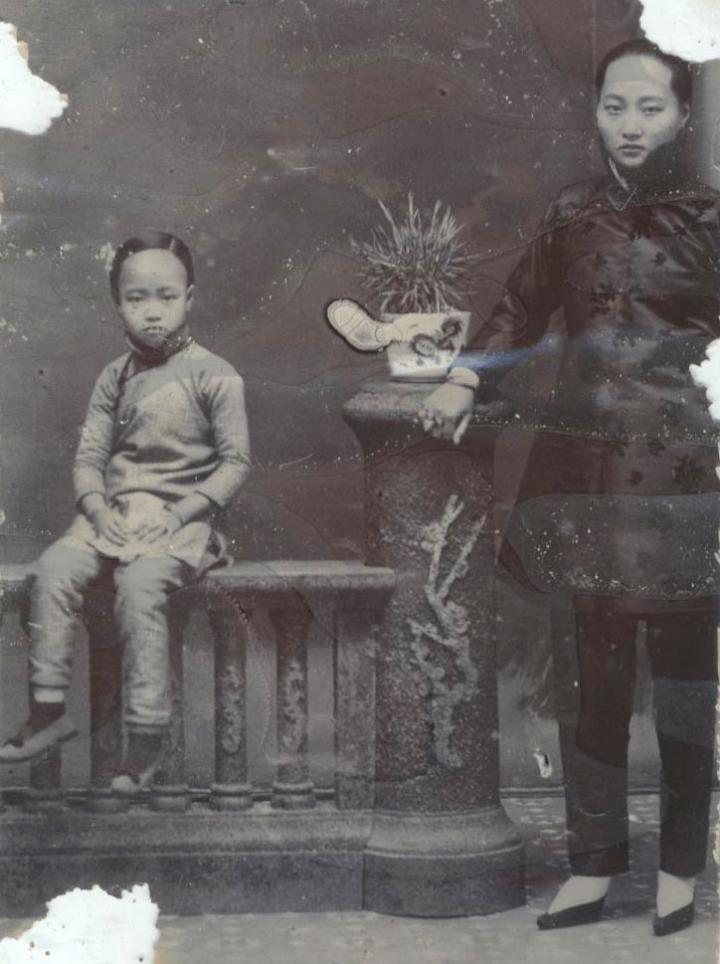 A kínai testvér édesanyjával