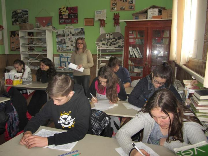 A 9. osztályosok angolórája az angolnyelv-szaktanteremben