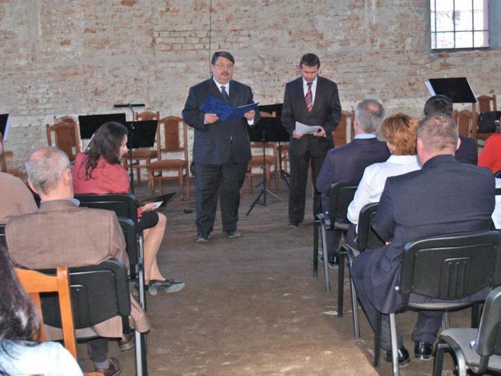 Bacskai József helyettes államtitkár köszönti a nagyszőlősi zsinagóga közönségét