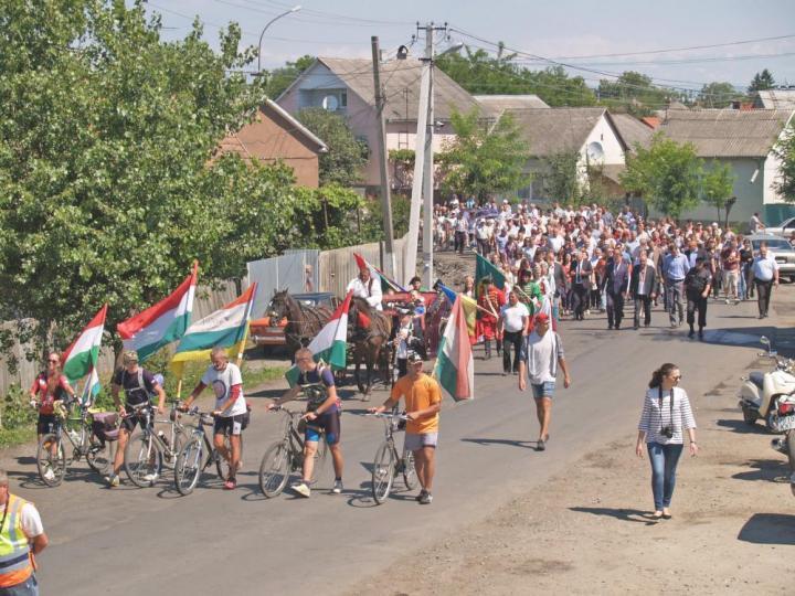 Takár Károly (Katyó) és ifjú társai az ünneplők menete élén