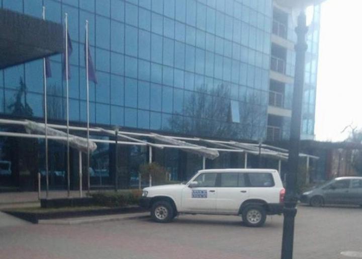 Az EBESZ-megfigyelők gépkocsija Ungváron,  az Uzshorod Szálló előtt