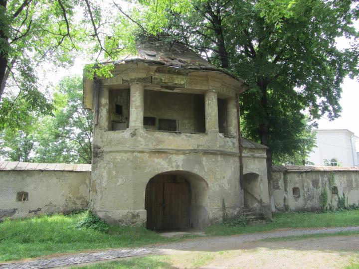A dolhai várkastély kapubástyájának park felőli homlokzata