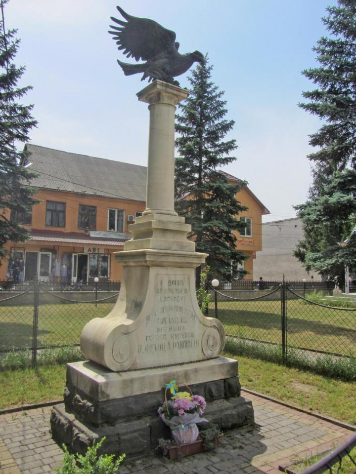 A várkastély közelében áll  az 1703. június 7-i dolhai csata turulmadaras emlékműve