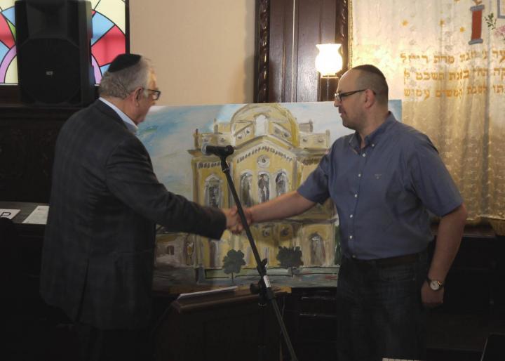 A beregszászi zsidó hitközség számára készített festményét adta át Joseph Vasser festőművész
