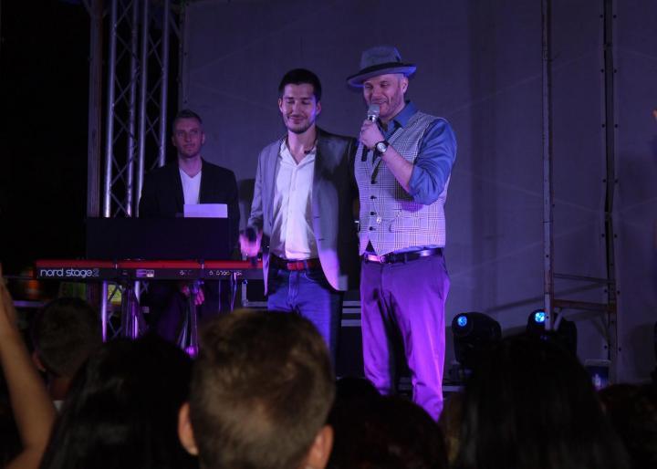 Színpadon a szombat esti koncert énekesei: Pál Dénes és Takács Nikolas