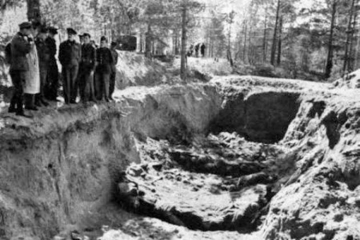 A Honi Hadsereg harcosai egy exhumálás alatt lévő tömegsírnál