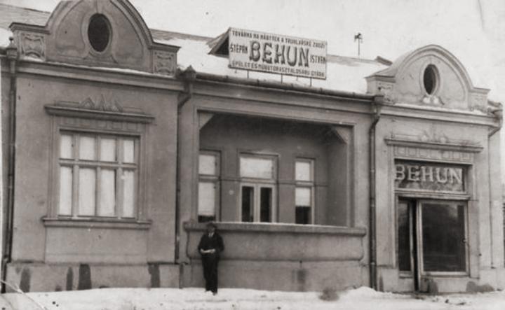 A bútorgyár épülete