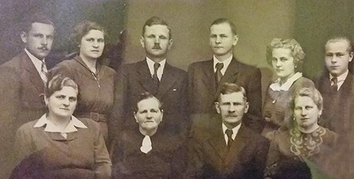 Keszler István feleségével és felnőtt gyermekeivel