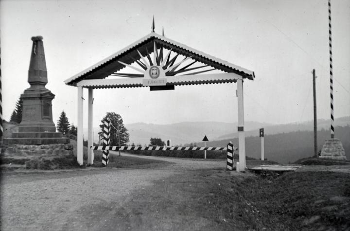 Vereckei-hágó. Lengyel–magyar határ, 1939 a Millennium idején felállított emlékobeliszk és a győzelmi kapu Forrás: Fortepan (Adományozó: Sattler Katalin)