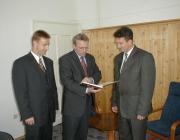 Kovács Miklós, a KMKSZ elnöke, Pokorni Zoltán magyar oktatási miniszter és Dr. Soós Kálmán rektor a beregszászi főiskolán