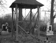 Harangláb a temetőben
