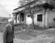 Teinel Zoltán az aknaszlatinai kultúrház lepusztult épülete előtt