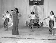 A színpadon Inna Teremtova, a Nagypaládi Művészeti Iskola tanára