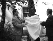 1999: Kovács Miklós és Hámori József leleplezi az emlékművet