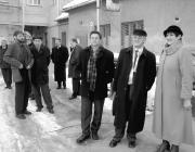 Dr. Soós Kálmán, Szabó Vilmos és Dr. Orosz Ildikó a főiskola kollégiumának udvarán