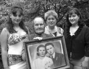 Szadvári Etelka, kezében az esküvői fotóval, lánya, Mária és dédunokái