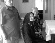 Daróczi Ilonka néni fiával és menyével