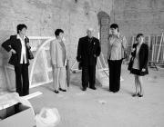 A támogatók szemrevételezik a felújítandó épületet