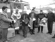 Pornyák Sándor átnyújtja az adományt a nagyberegi tűzoltóknak és Bálint András polgármesternek