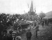 Ünneplők a podheringi emlékműnél a múlt század elején