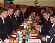 Balról jobbra: Kovács Miklós, a KMKSZ elnöke, Zán Fábián Sándor, megválasztott református püspök, Gajdos István, az UMDSZ elnöke, Milován Sándor, a KMKSZ alelnöke; Sziklavári Vilmos főkonzul, Gyurcsány Ferenc miniszterelnök, Dobrev Klára, a miniszterelnök felesége
