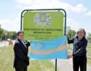 Kovács Péter és Szakács Gábor a rovásfeliratos táblával
