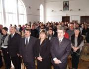 A megemlékezés résztvevői a Himnuszt éneklik