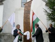 Tóth István és ifj. Sari József felavatja az emlékoszlopot