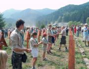 A kárpátaljai cserkészek a Székelyföldön eltemetett honvédok sírjainál, kezükben a hazai földdel