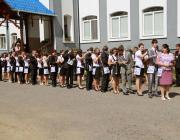 """A ballagó """"sztojkás"""" diákok és osztályfőnökük, Héder Edina"""