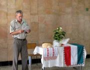 Buzási István, a KMKSZ helyi alapszervezetének elnöke köszönti a jelenlévőket