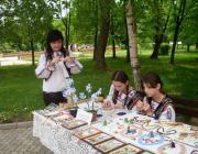Molnár Melinda és tanítványai munka közben