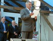 Ifj. Sari József szól a nagyközségi napok résztvevőihez