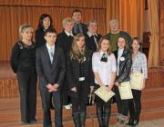 A 10–11. osztályos korcsoport győztesei a zsűri tagjaival és a szervezőkkel