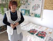 Kovács Irma a kiállítás néhány darabja mellett