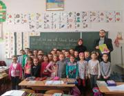 A Beregszászi 4. Sz. Kossuth Lajos Középiskola első osztályosainak Molnár D. István KMKSZ-alapszervezeti elnök adta át az ajándékcsomagokat