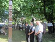 Kész Barnabás, Szabó Zoltán és Bátori József megyei tanácsi képviselő megkoszorúzza a kopjafát